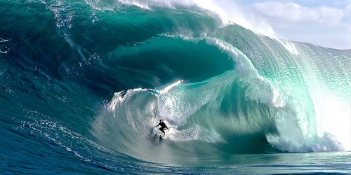 Surfer su big wave